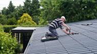 Dringender Reparaturbedarf: Ob der Handwerker wohl auch in Nachbars Garten darf?