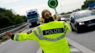 Eine Polizeikontrolle auf der A7 bei Rendsburg (Archivbild)