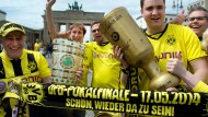 Fußballfans feiern Pokalspiel