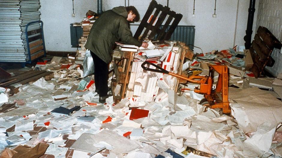 Das verwüstete ehemalige Amt für Nationale Sicherheit der DDR im Stadtteil Lichtenberg im Osten von Berlin am Abend des 15. Januar 1990.