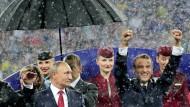 Das Schäfchen im Trockenen: Wladimir Putin (links) und Emmanuel Macron bei der Siegerehrung nach dem WM-Finale.
