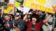 Demonstranten vor der Stadtverwaltung von Los Angeles.