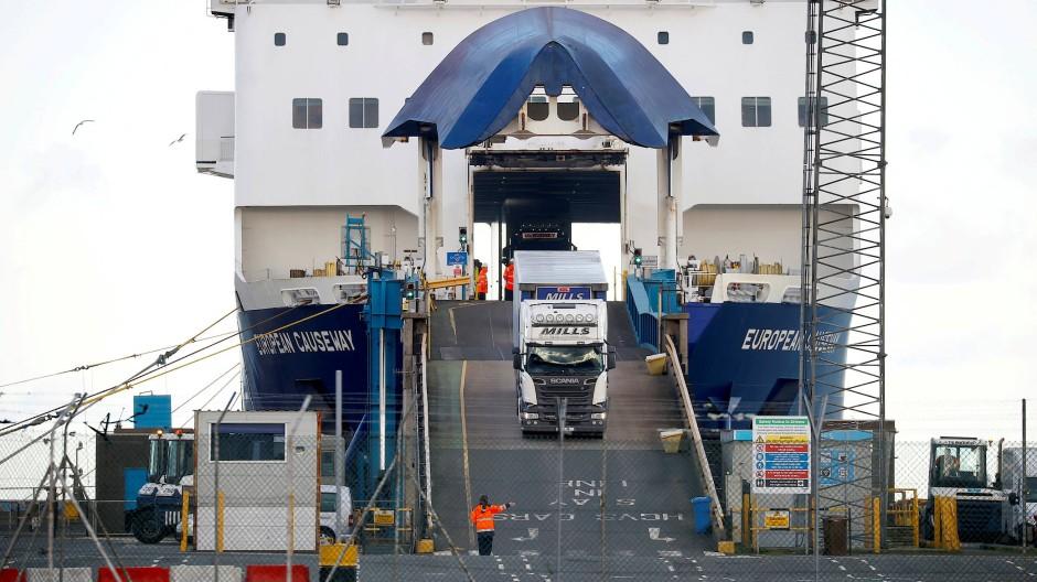 Lastwagen verlassen eine Fähre im Hafen von Larne in Nordirland im Januar 2021.
