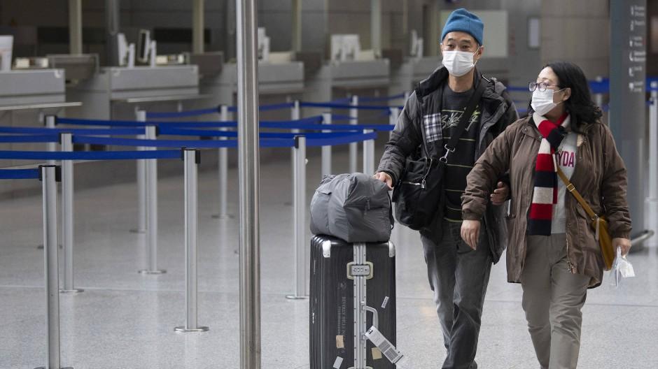 Auf dem Weg zum Flieger: Zwei Reisende am Frankfurter Flughafen