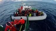 Helfer entdecken 22 tote Flüchtlinge auf Schlauchboot