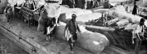 Britische Kapitulation vor Kut-el-Amara: Laden eines Lastkahnes auf dem Ufer des Tigris im April 1916.