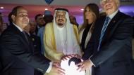Dieses Bild von Präsident Trump, First Lady Trump, Köng Abdulaziz al-Saud und dem ägyptischen Präsident al-Sisi ging einst um die Welt.