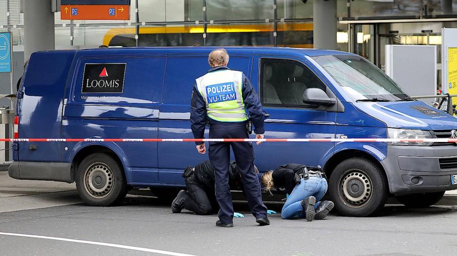 Spurensicherung nach einem Überfall am Flughafen Köln/Bonn im März 2019: Neben Drach soll auch der nun Festgenommene beteiligt gewesen sein.
