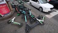 In Frankfurt glaubte man, der Markt werde das Problem schon regeln. Bald will man hier das Aufstellen der E-Scooter als Sondernutzung betrachten.