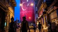 Freier leben als frühere Generationen: Junge Leute im Istanbuler Ausgehviertel Galata.