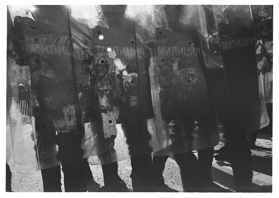 Im Schattenreich: Geharnirschte Sonderpolizisten schützen sich mit Plexiglasschilden.
