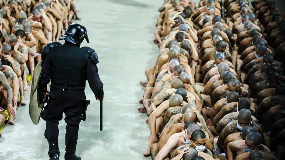 Auf diesem vom Präsidentenamt von El Salvador veröffentlichten Bild überwacht ein Polizist zahlreiche tätowierte Gefängnisinsassen. Im Kampf gegen die Bandengewalt hatte El Salvadors Präsident eine Isolierung aller Häftlinge angeordnet.