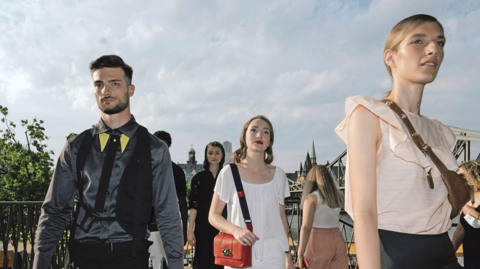 Laufsteg am Mainufer: der Pop-up Street Catwalk junger Designer