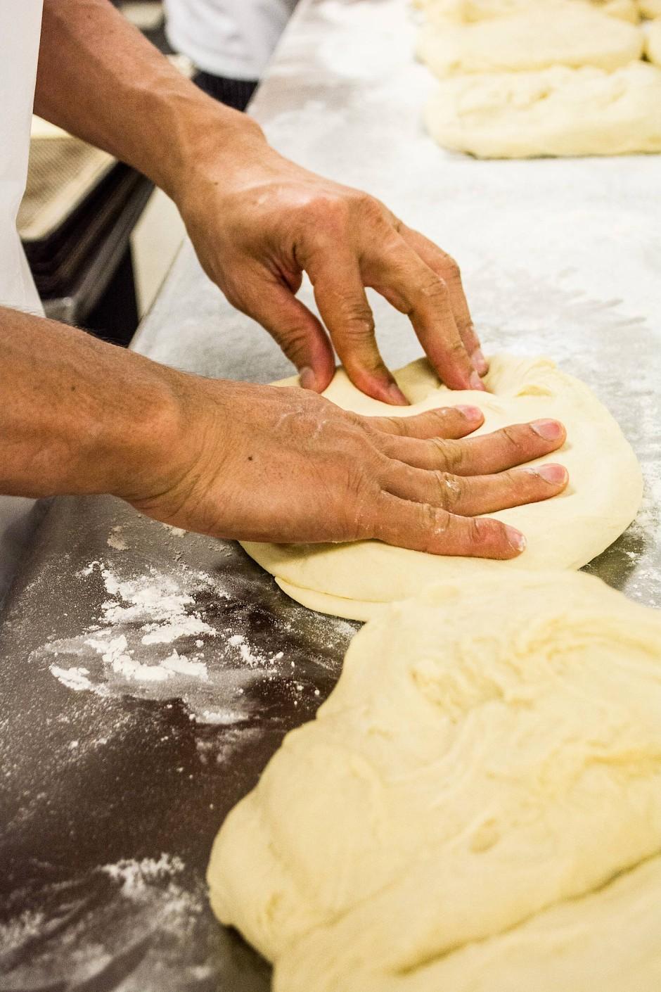 Wie am Fließband: In der Backstube werden täglich 1200 Brote gebacken.