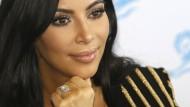 """Kim Kardashian: """"Sie ist geschockt und fühlt sich schuldig, weil sie den teuren Ring immer getragen und auf Snapchat gezeigt hat"""", sagt eine Bekannte."""