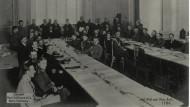 Blick in den Sitzungssaal in Brest-Litowsk, am Kopfende (Mitte) ist Staatssekretär Richard von Kühlmann zu sehen.