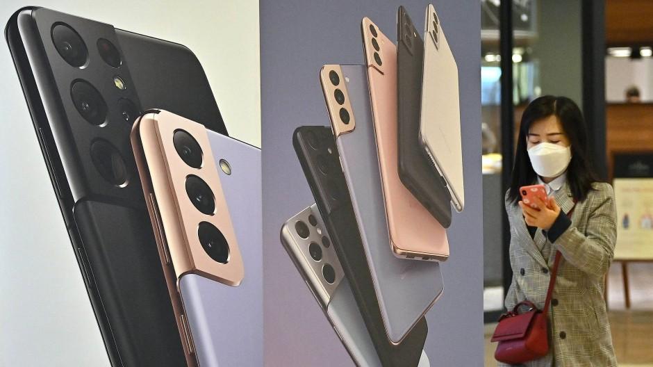 Samsung macht in der südkoreanischen Hauptstadt Seoul Werbung für sein Smartphone Galaxy S21.