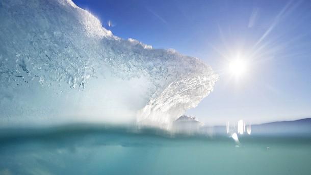 Riesiger Eisberg bricht in Antarktis vom ewigen Eis ab