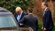 Antrittsbesuch in Belfast: Der britische Premierminister Boris Johnson und der Staatsekretär für Nordirland, Julian Smith (rechts), verlassen das nordirische Parlamentsgebäude.
