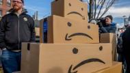 Pakete voller Wut: New Yorker demonstrieren gegen die Ansiedlung eines hochsubventionierten Amazon-Hauptquartiers.