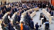 Antrag angenommen, Regierung abgewählt: Durch Aufstehen besiegelt eine Mehrheit der Abgeordneten am Montag das Ende von Sebastian Kurz' Regierung.