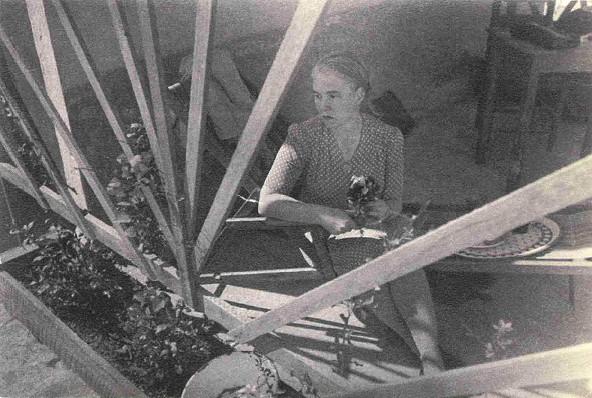 Anna Seghers auf ihrer Dachterrasse, um 1945