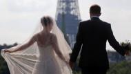 """Glücklich verheiratet, bald schon unglücklich geschieden? Ein """"Liebestest"""" soll das verhindern."""