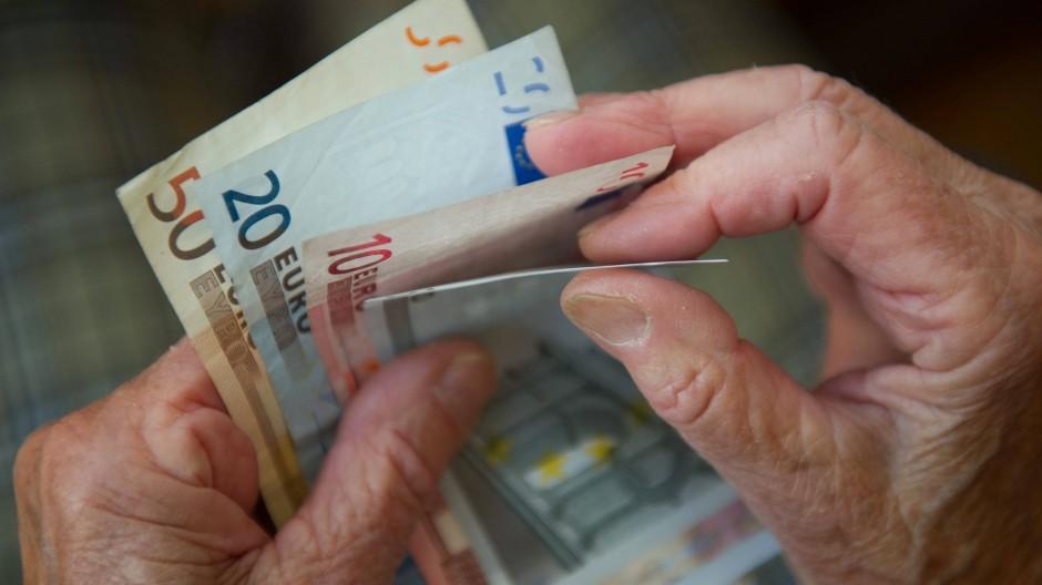 Ende vergangenen Jahres bekamen Männer in Westdeutschland im Schnitt 1078 Euro Rente ausgezahlt. Bei Frauen waren es 606 Euro.