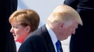 Entwickeln sich in verschiedene Richtungen: Bundeskanzlerin Angela Merkel und der amerikanische Präsident Donald Trump beim Nato-Gipfel in Brüssel