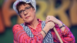 Kramp-Karrenbauer teilt als Putzfrau aus