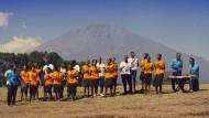 """Lobgesang unter afrikanischem Himmel: Szene aus dem Film """"Sing it loud - Luthers Erben in Tansania"""", der am Sonntag mit dem Chor Premiere feiert"""