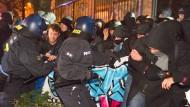 Ende einer Besetzung: Die Polizei geht gegen Aktivisten vor.