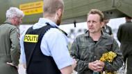 Peter Madsen unterhält sich im Hafen von Kopenhagen mit einem Polizisten. Der Erfinder war kurz zuvor gerettet worden, nachdem sein U-Boot gesunken war.