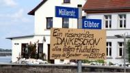 """Zeit für ein """"Dankeschön"""": Ein Pappschild am Elbtor in Schönebeck in Sachsen-Anhalt"""