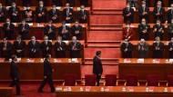 Präsident Xi Jinping, Ministerpräsident Li Keqiang und ein Poilitbüromitglied vor dem Volkskongress