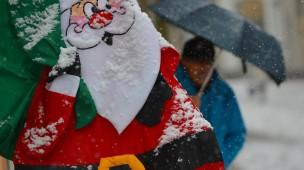 Schnee auf einem Spielzeug-Weihnachtsmann in Wiesbaden im Jahr 2014