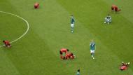 Können es nicht fassen: die deutschen Spieler, dass die WM für sie in der Vorrunde endet – die Südkoreaner, dass sie gegen Deutschland 2:0 gewinnen.