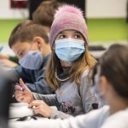 Behütet – und hoffentlich auch geschützt: In dieser fünften Klasse eines Frankfurter Gymnasiums gehören Masketragen und Lüften zur Unterrichtsroutine.