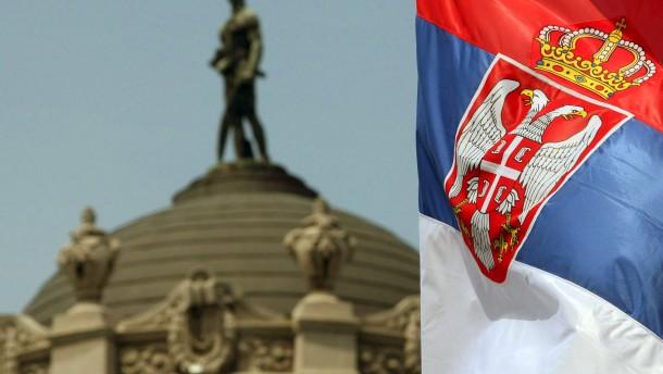 Serbische Fahne vor Armee-Hauptquartier