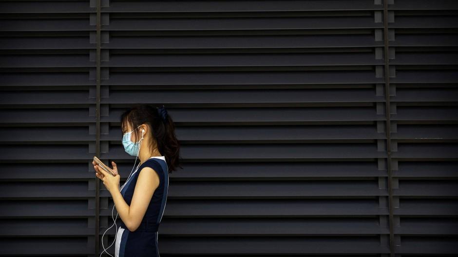 Eine junge Chinesin und ihr Smartphone