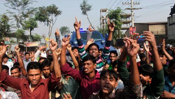 Arbeiter protestieren für besseren Schutz