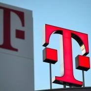 Das Logo der Deutschen Telekom leuchtet auf dem Dach der Zentrale des Unternehmens in Bonn.