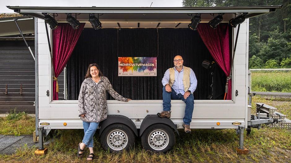 Licht an, Vorhang auf: Dorothée Arden und Michael Glebocki haben den Mehrkulturwagen gerade noch rechtzeitig für den Sommer fertigbekommen.