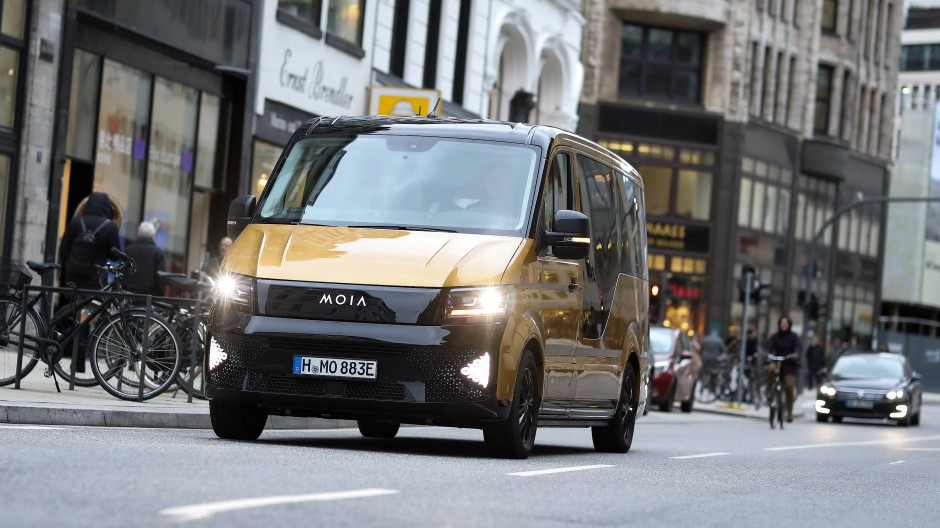 Ein Elektrofahrzeug des Mobilitätsdienstleisters Moia fährt bei einem Pressetermin des VW-Tochterunternehmens vor dem Rathaus in Hamburg.