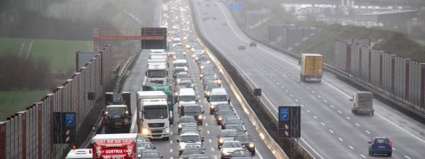 Nach dem Lasterunfall hatte sich der Verkehr auf der A 7 kilometerweit gestaut.