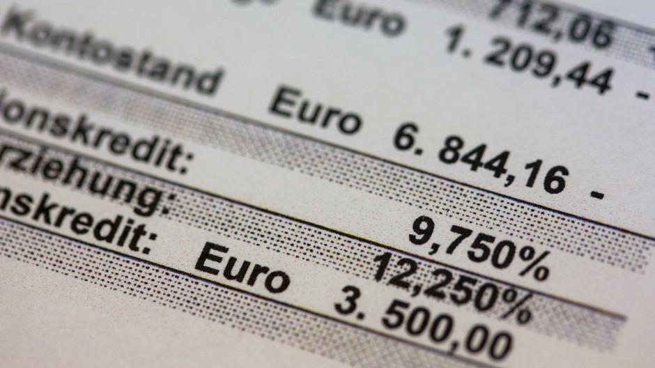 Wer das Girokonto überzieht, muss mit extrem hohen Zinsen rechnen.