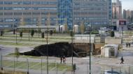 Ein Sinkloch ist inmitten des Parkplatzes des Krankenhauses Ospedale del Mare in Ponticelli zu sehen.