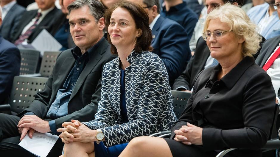Die ehemalige Bundesjustizministerin Katharina Barley (l) sitzt neben ihrer Nachfolgerin Christine Lambrecht. (Archiv). Beide werden von Anwälten kritisiert.