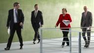 Angela Merkel mit Markus Söder (links), Steffen Seibert und Peter Tschentscher (rechts) im Bundeskanzleramt