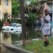 Eine Frau fotografiert eine geflutete Straße in New Orleans.